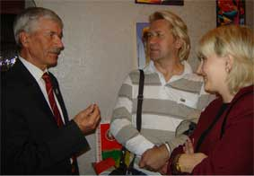 Председатель РОО БКЦ Л.Н.Питаленко беседует с избирателями.